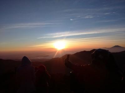 Menikmati Golden Sunrise di Atas Puncak