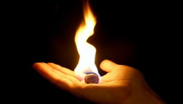 Desis Jemari Penggenggam Bara Api