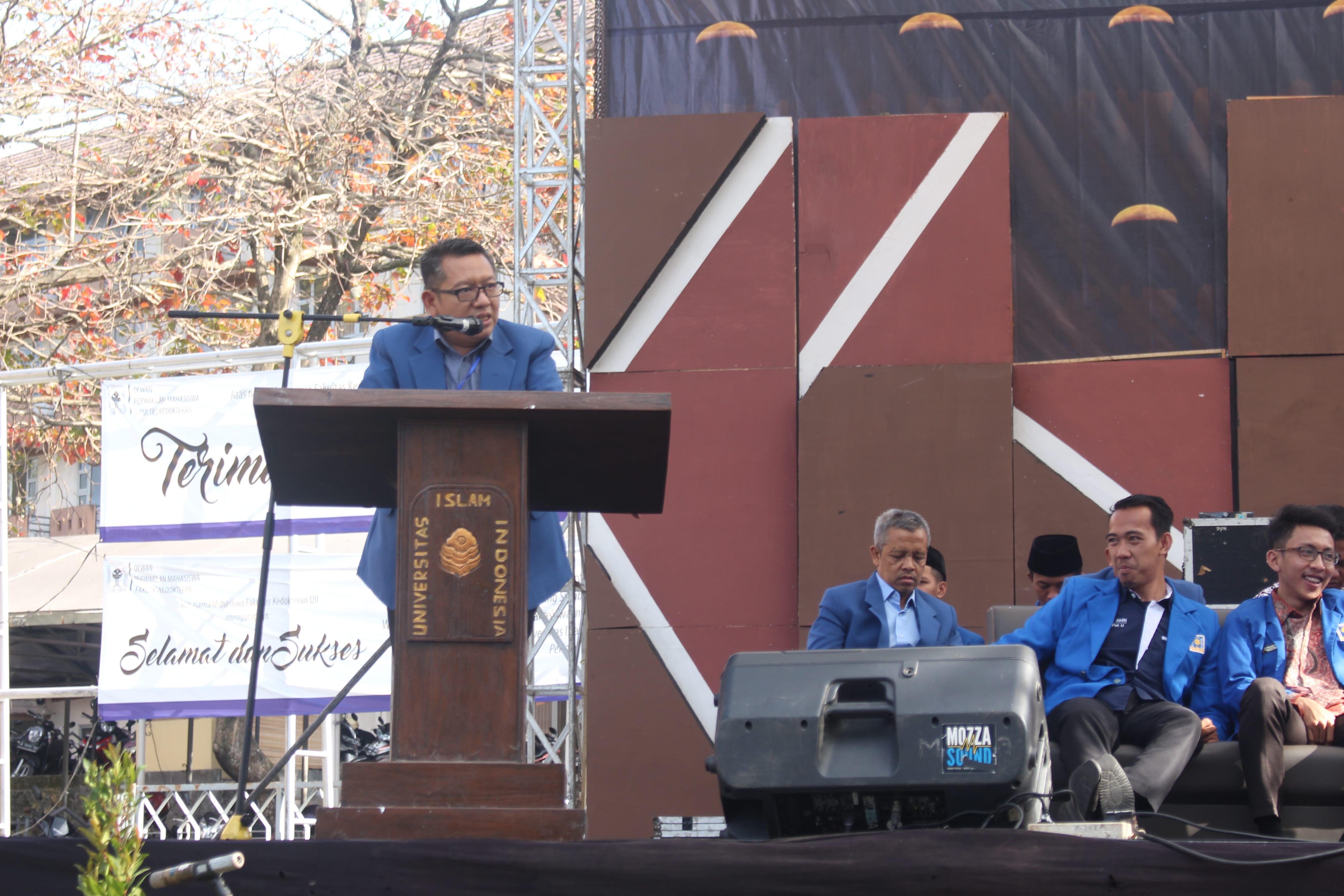 """Rabu (15/08/2018) Rektor UII, Fathul Wahid,  memberikan sambutan kepada mahasiswa baru dan beliau berpesan, """"Saudara jangan hidup dibawah bayang-bayang masa lalu, jadikan masa lalu sebagai sumber semangat dan cermin, desainlah masa depan saudara."""" (Foto : Rintan/Ekonomika)"""