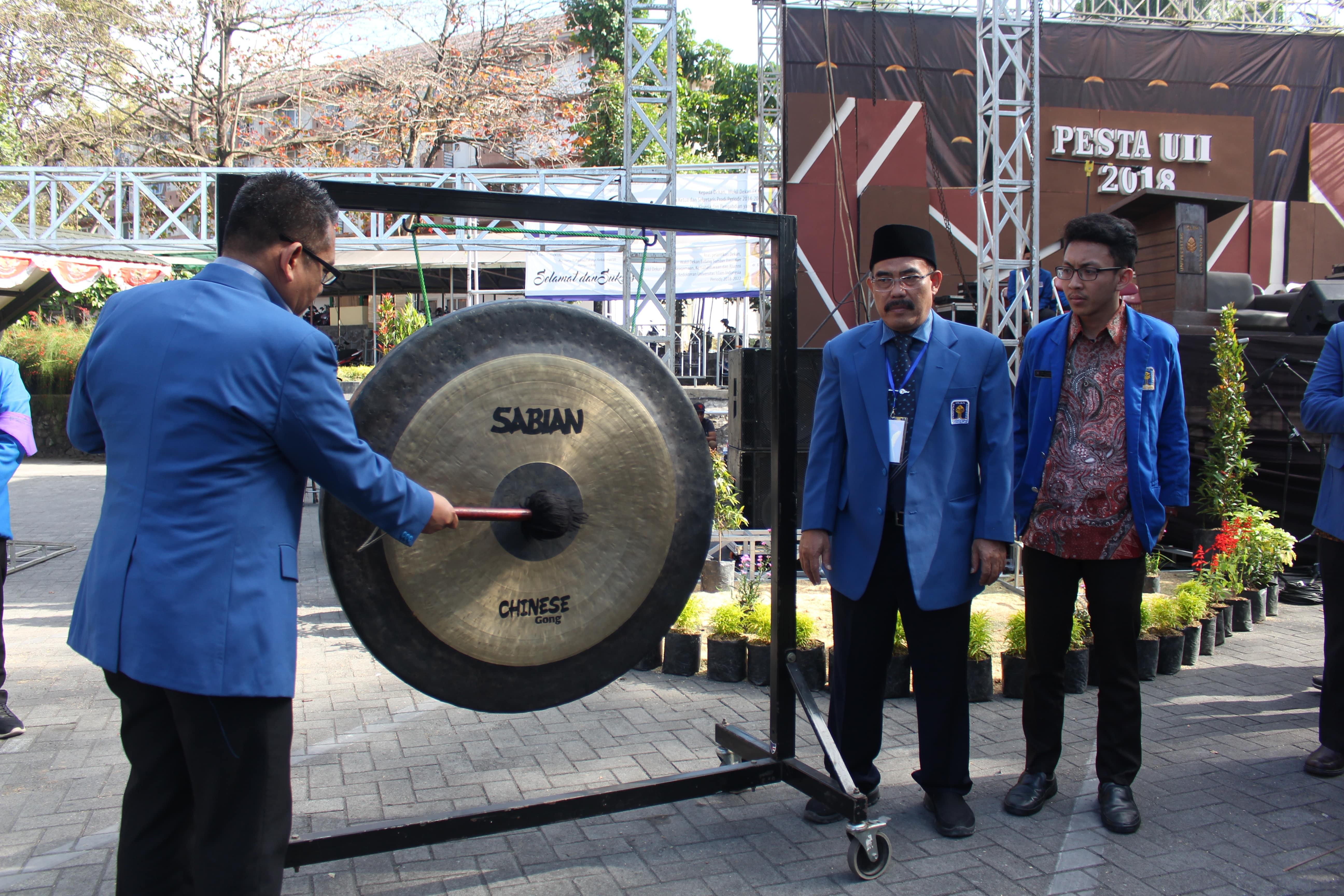 Pemukulan gong oleh Fathul Wahid,selaku rektor Universitas Islam Indonesia sebagai tanda telah resmi dimulainya Pesta UII 2018. (Foto : Rintan/Ekonomika)