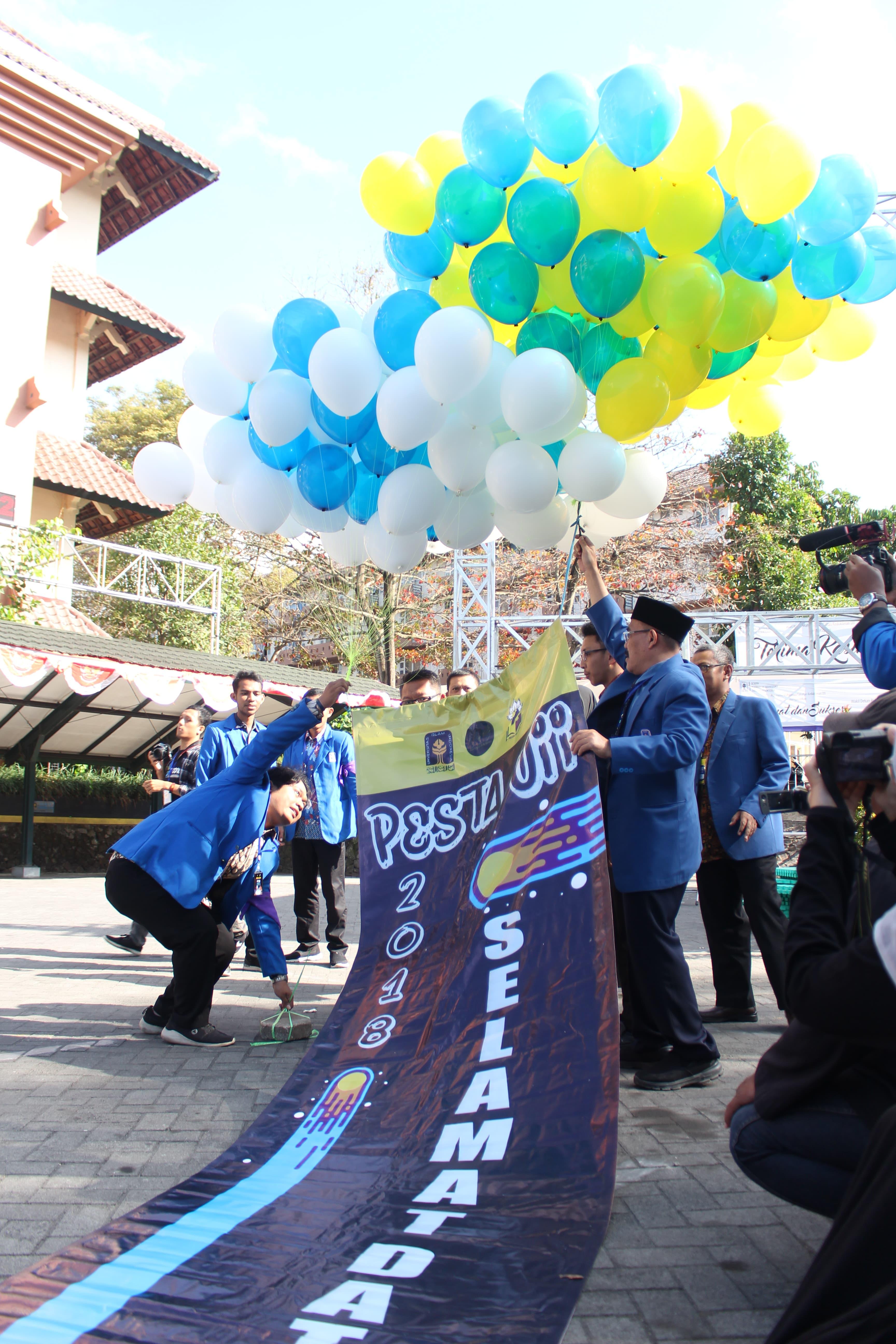 Pelepasan Balon berwarna putih, biru dan kuning sebagai warna yang menyimbolkan UII dalam rangka penyambutan terhadap mahasiswa baru. (Foto : Rintan/Ekonomika)