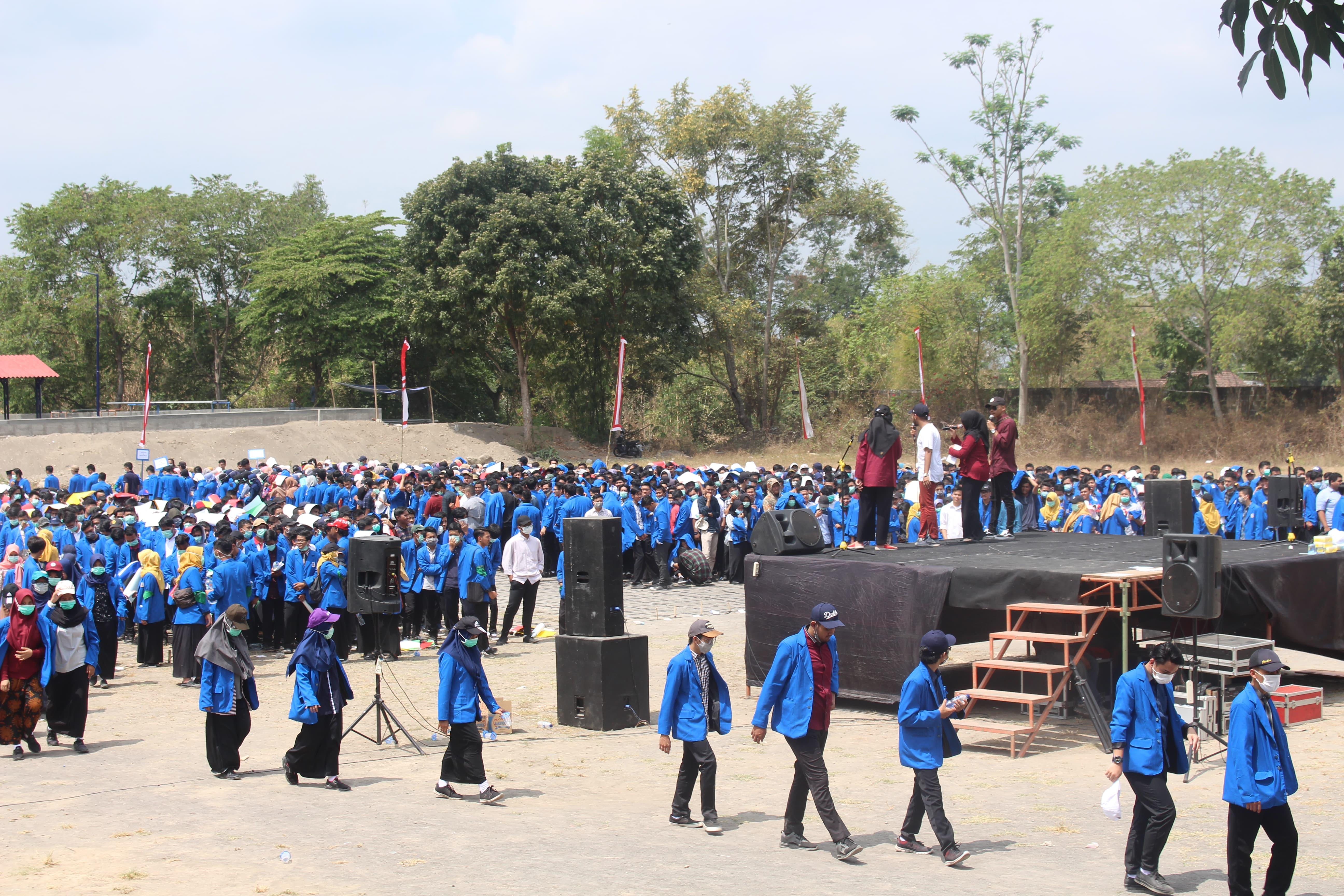 Suasana Lapangan depan gedung D3 Ekonomi Universitas Islam Indonesia (UII) setelah dilakukan koreografi.  (Foto : Rintan/Ekonomika)