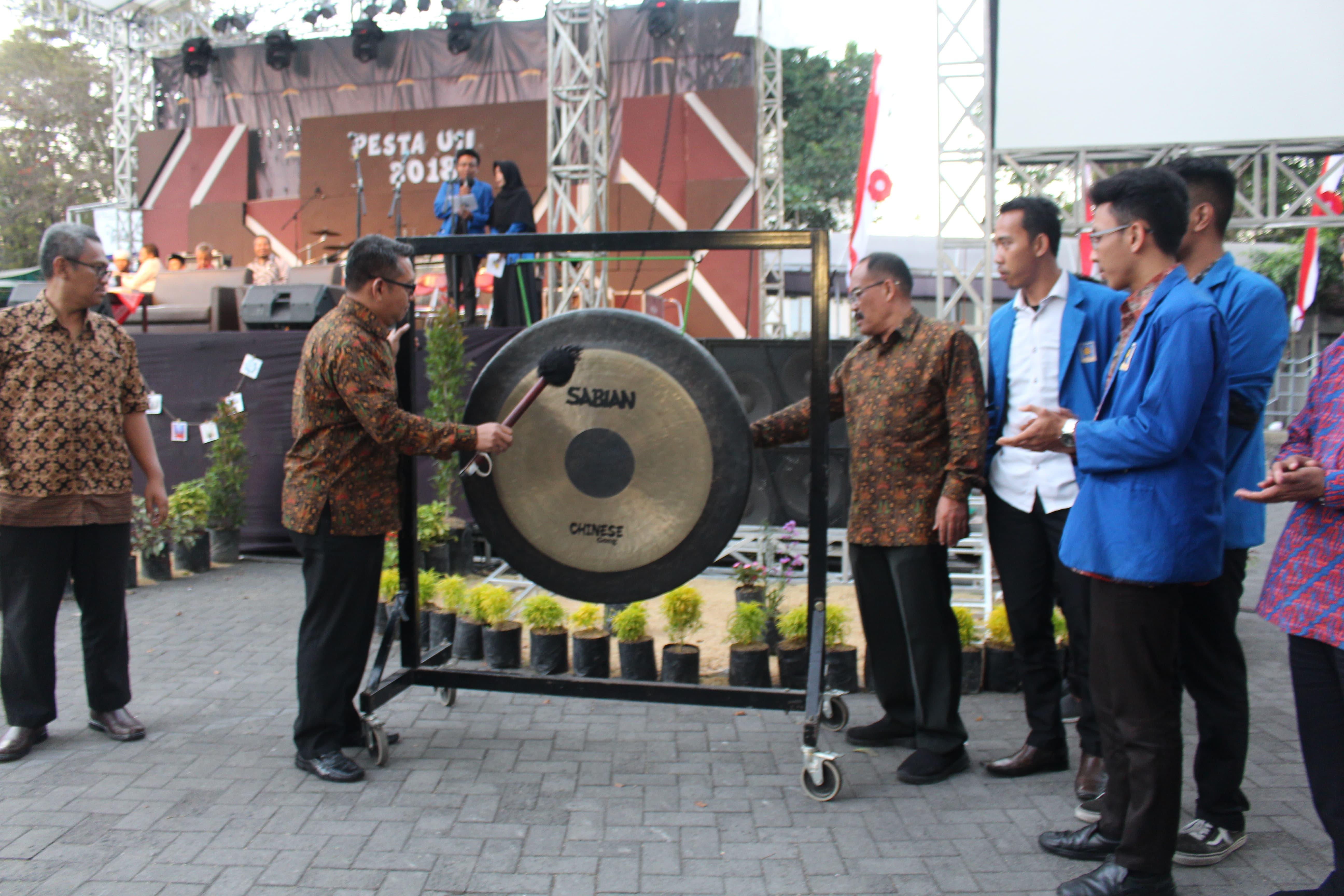 Kamis (16/08/2018) dilakukan pemukulan gong oleh Rektor UII Fathul Wahid, sebagai tanda telah resmi di tutupnya Pesta UII 2018.  (Foto : Rintan/Ekonomika)