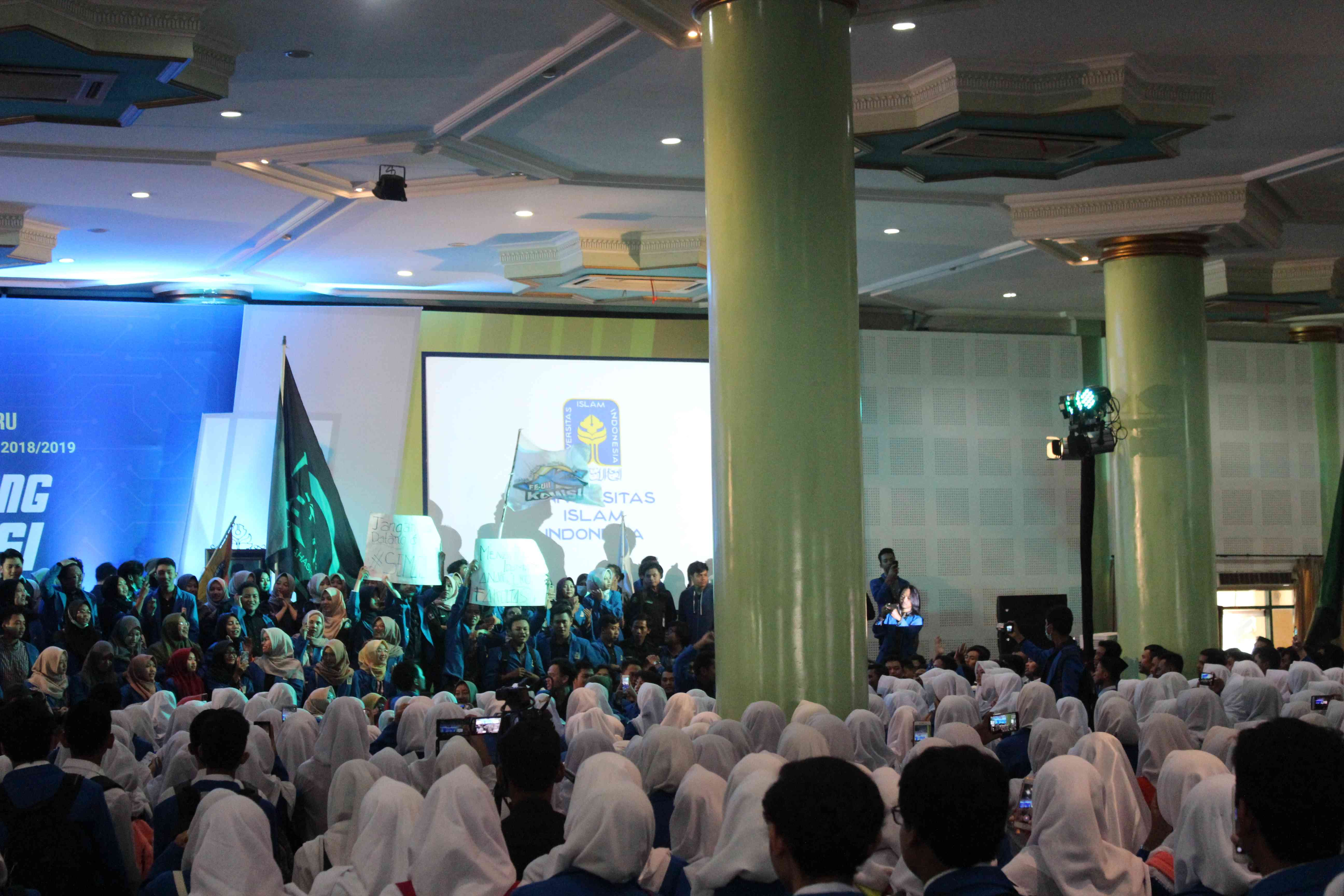 "Senin (13/08/2018) dilakukan penyambutan mahasiswa baru  Fakultas Ekonomi Universitas Islam Indonesia (FE UII) setelah kuliah perdana selesai oleh Keluarga Mahasiswa FE UII dengan meneriakkan yel-yel ""Ekonomi maju tuntaskan kemiskinan."" (Foto : Ghani/Ekonomika)"