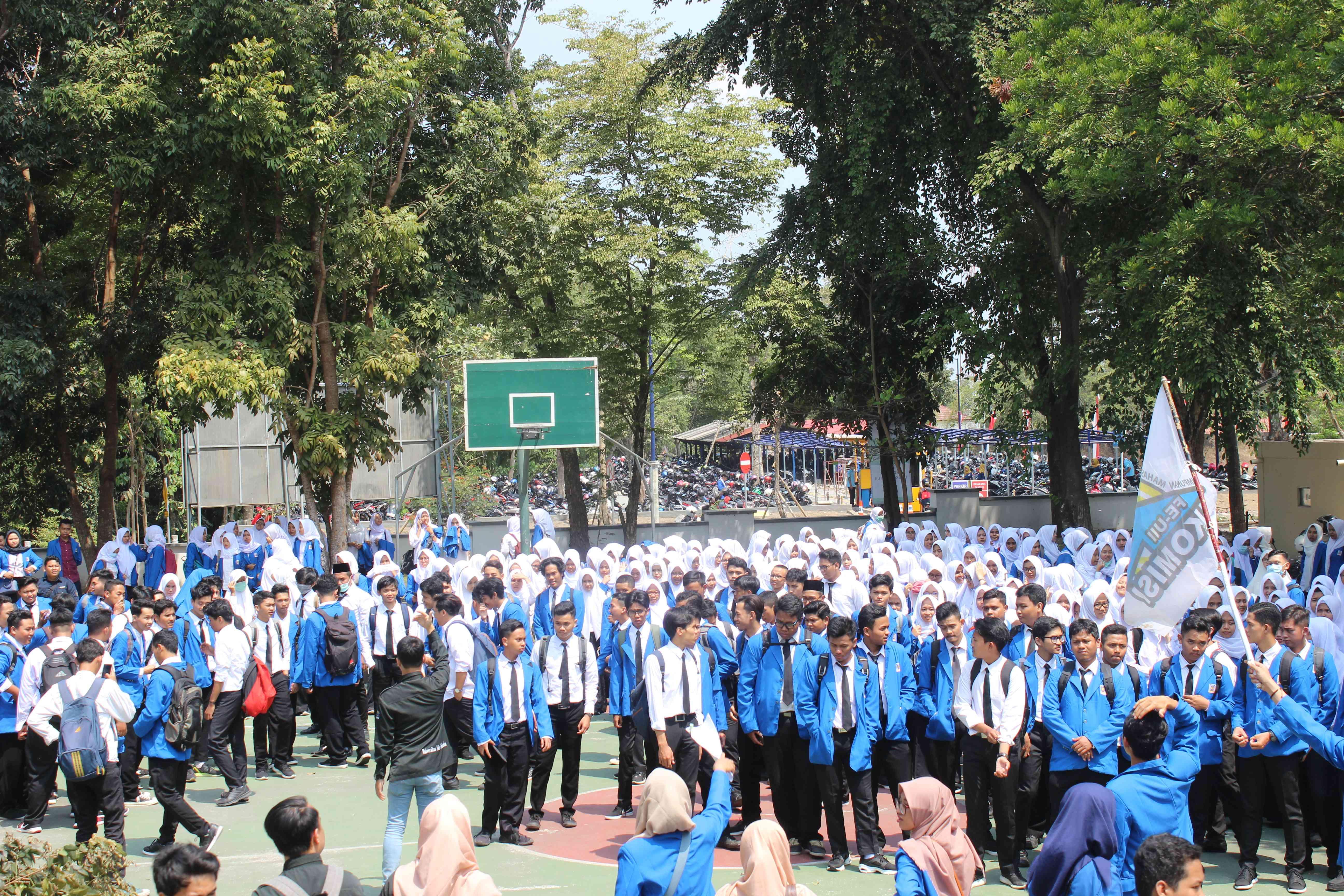 Setelah kuliah perdana, mahasiswa baru Jurusan Akuntasi dikumpulkan untuk berkenalan dengan Himpunan Mahasiswa Jurusan Akuntansi (HMJA) KOMISI FE UII dan berfoto bersama. (Foto : Ghani/Ekonomika)