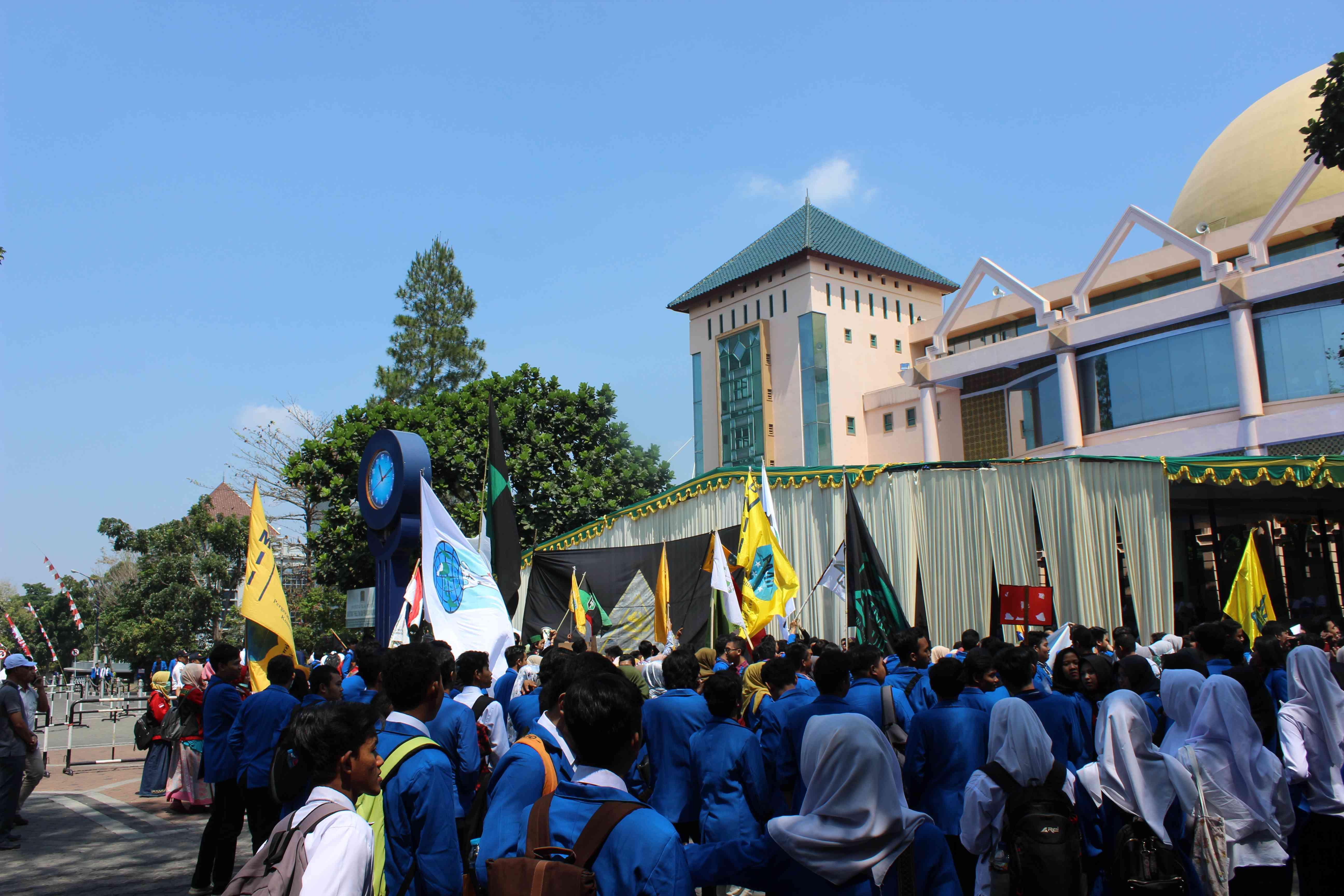 Suasana di depan gedung Prof. KH Kahar Muzakkir saat kuliah perdana berlangsung, perwakilan berbagai organisasi kemahasiswaan sudah menunggu di depan gedung dengan membawa bendera mereka. (Foto : Ghani/Ekonomika)
