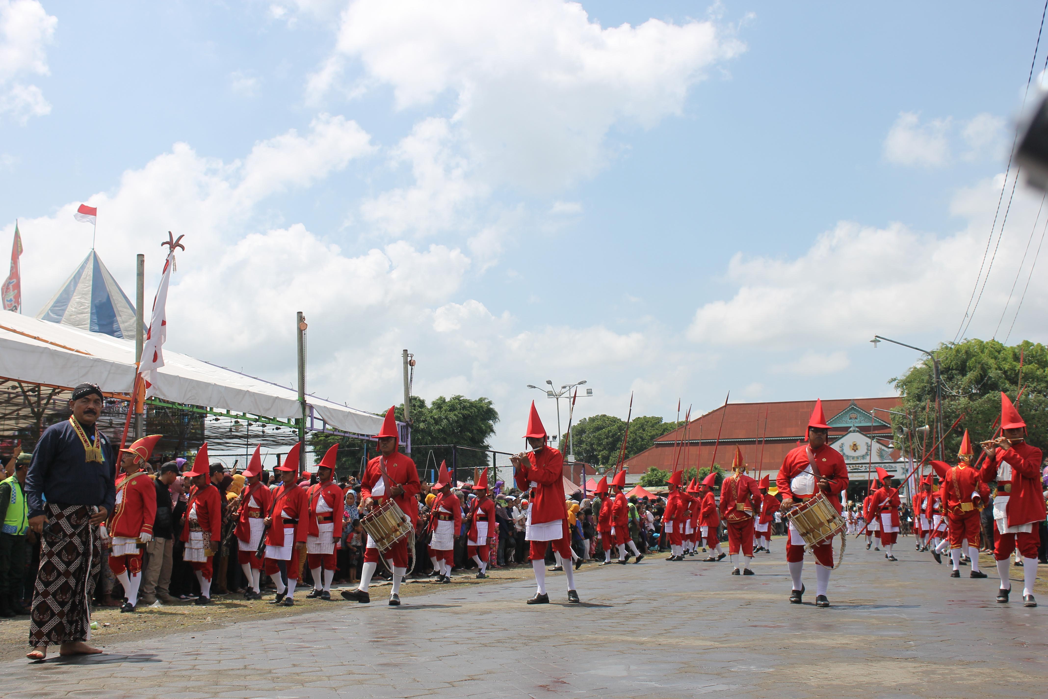 Prajurit Lombok Abang memulai rangkaian prosesi Grebeg Maulud (21/11). (Foto : Ilham/Ekonomika)
