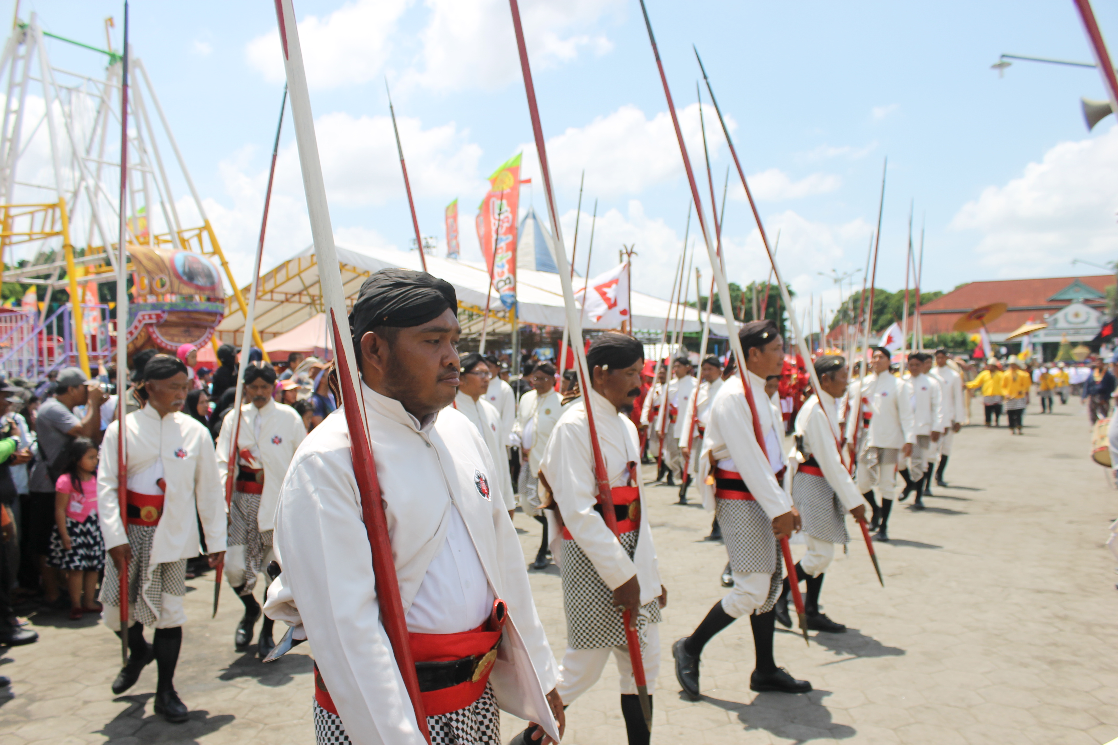 Barisan Prajurit Surakarsa berbelok menuju arah Masjid Gedhe Kauman. (Foto : Ilham/Ekonomika)