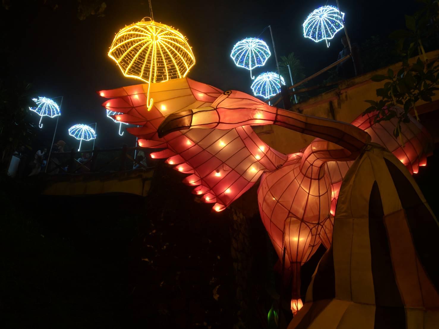 Lampion raksasa berbentuk Flamengo, burung merah jambu, dari Amerika. (Foto: Taufiq/Ekonomika)