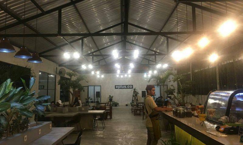 Bersantai dan Belajar di Eplus Cafe