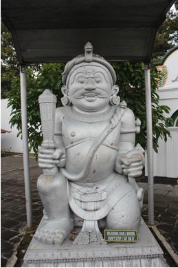 Patung Dwarapala merupakan simbol dari penjaga gerbang atau pintu yang ada di komplek Keraton Yogyakarta  (Foto: Eky/Ekonomika)
