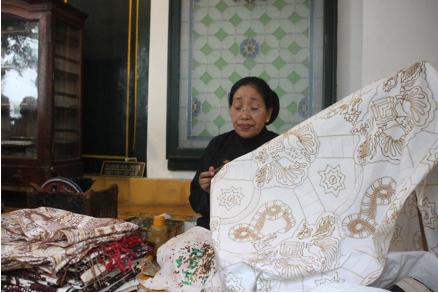 Abdi dalem putri yang melukis motif batik diatas kain.  (Foto: Eky/Ekonomika)