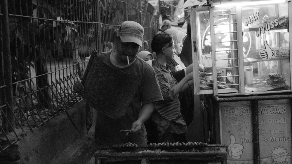 Terkadang kerja sambil ngudud lebih mak nyuss… (Foto : Taufan/Ekonomika)