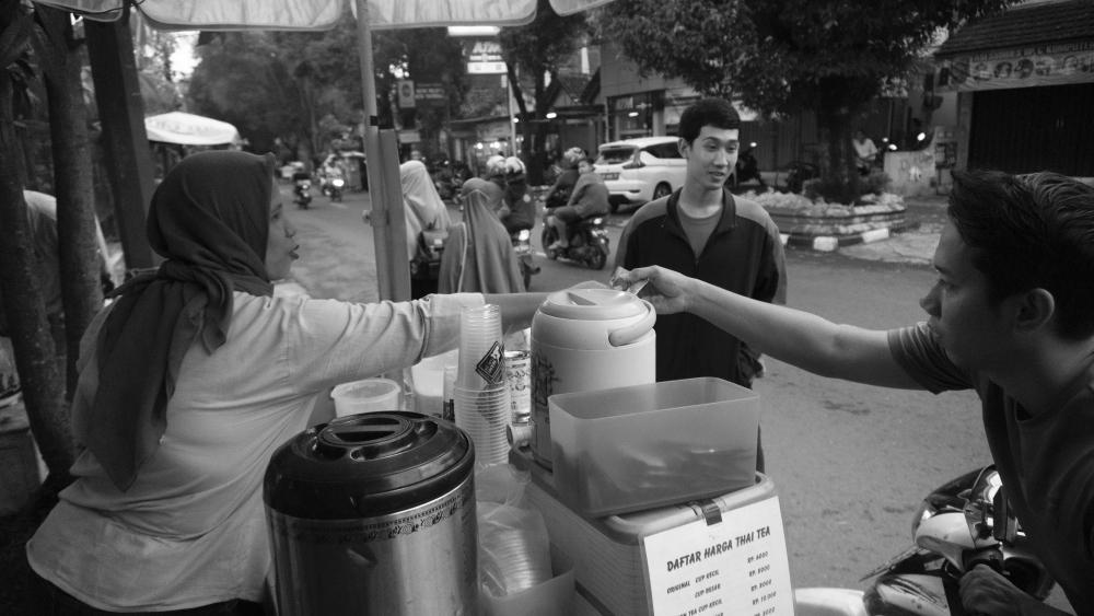 Maaf aku hanya bisa membayar harga thai tea mu, bukan lelahmu. (Foto : Taufan/Ekonomika)